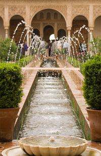 Istana Alhambra dengan air mancurnya peninggalan Islam di kota Granada, Spanyol